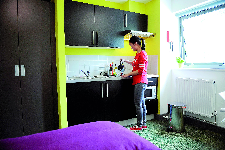 学生使用INTO埃克塞特大学单人套间厨房设施